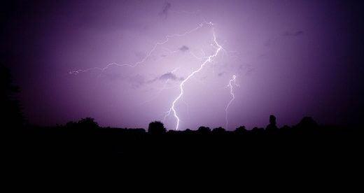 ゲリラ豪雨に伴う激しい落雷があるときの避難と対処法