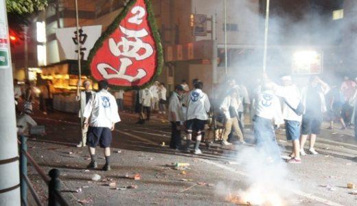 爆竹を鳴らしながら船を引き、死者を弔う長崎の伝統行事「精霊流し」(毎年8月15日)