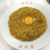 大阪・なんば「自由軒」一体となったご飯とルーの真ん中に卵、ソースをかけて混ぜて食べる独特のカレーが美味い!