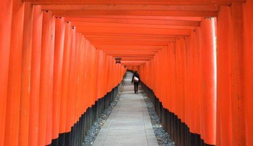 """無数に立ち並ぶ真っ赤な""""千本鳥居""""が印象的な、京都の「伏見稲荷大社」"""