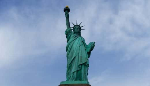 アメリカの象徴・自由の女神。曇り空でも絵になる迫力ある立ち姿は、一度は見ておくべき。