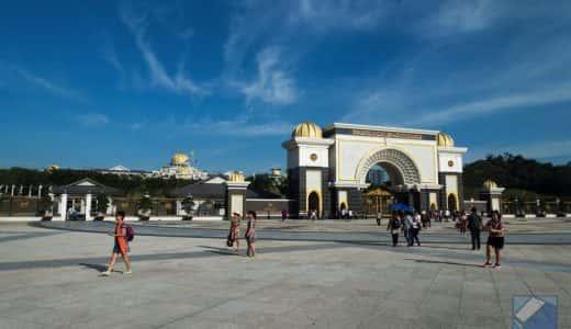 マレーシアの首都クアラルンプールにて、王宮やイスラム教の礼拝堂・国立モスクなどを巡るツアーに参加したよ