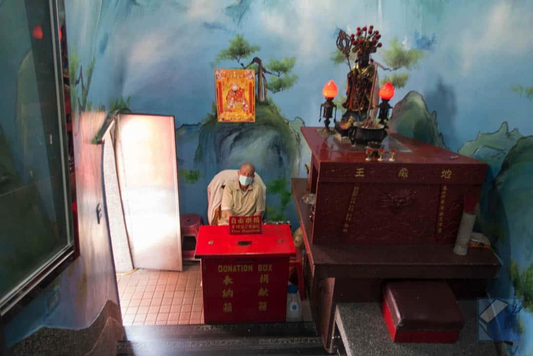 Lotus lake dragon and tiger pagodas 15