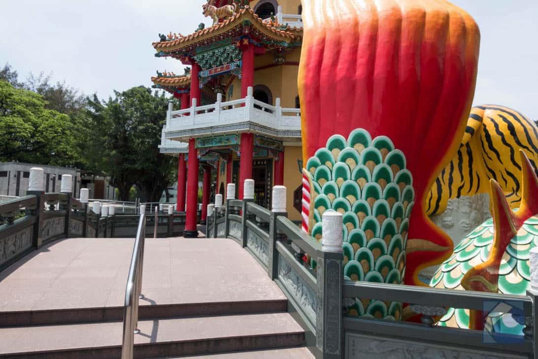 Lotus lake dragon and tiger pagodas 16