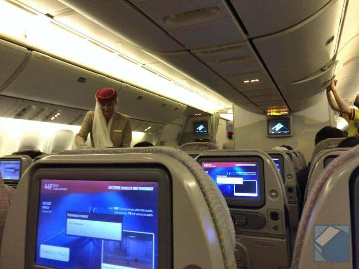 エミレーツ航空・赤い帽子のCAさん