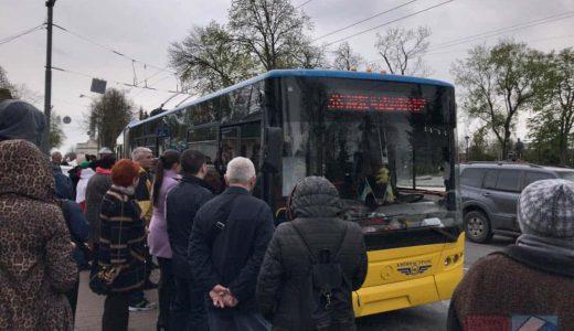 ウクライナ・キエフでの路線バス乗車は、自ら申告してチケット購入→自分で改札する性善説システム。片道12円!