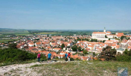 チェコ南東部・ミクロフの聖なる丘の上で、美しい城と街を一望する。人もまだまだ少ない観光の穴場だぞ