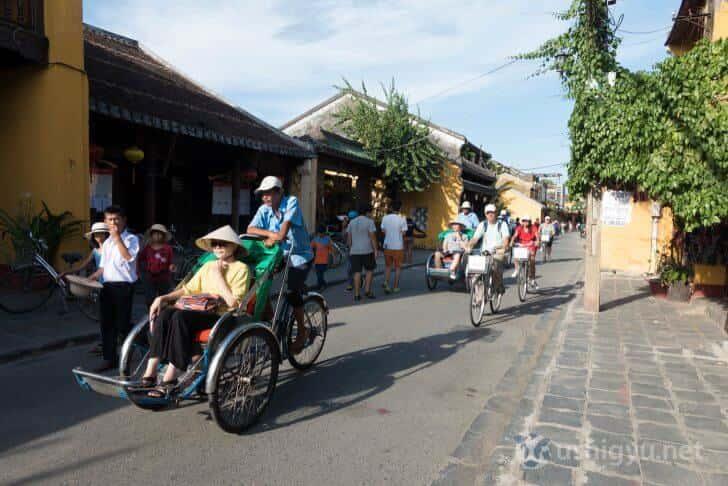 ホイアンの人力車にのった観光客