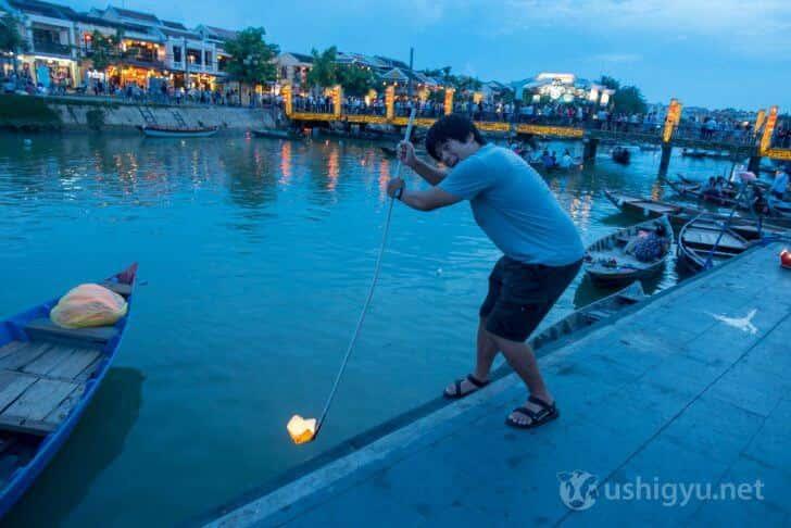 ホイアンの川に灯籠を浮かべる