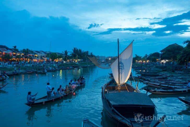 ホイアンの川に浮かぶ小舟