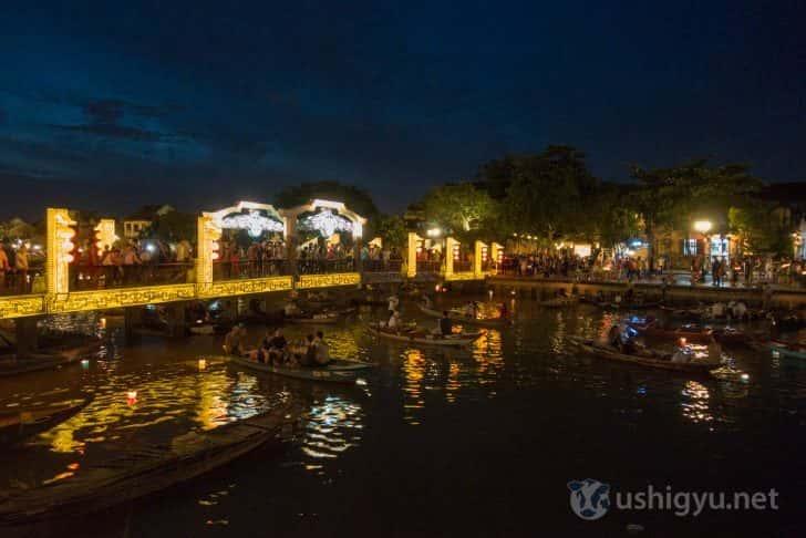 ホイアンの夜の川に浮かぶ小舟