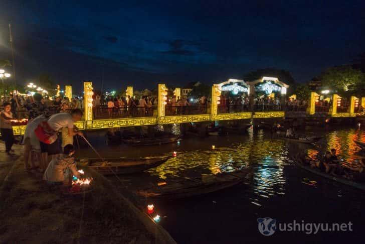 ホイアンの賑わう橋と小舟