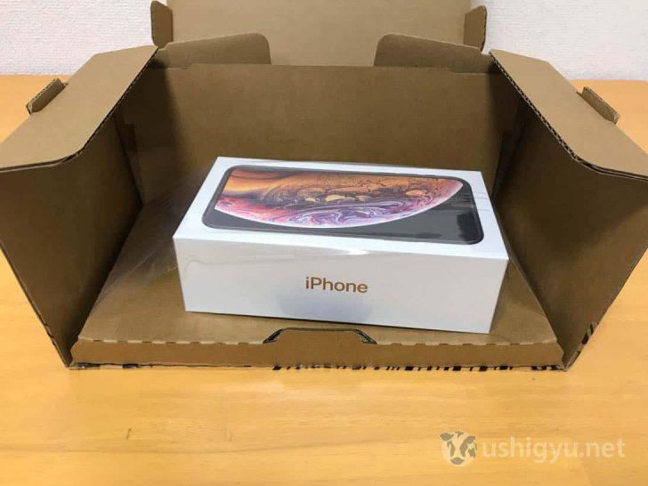 ダンボールを開くとiPhone XS…の箱