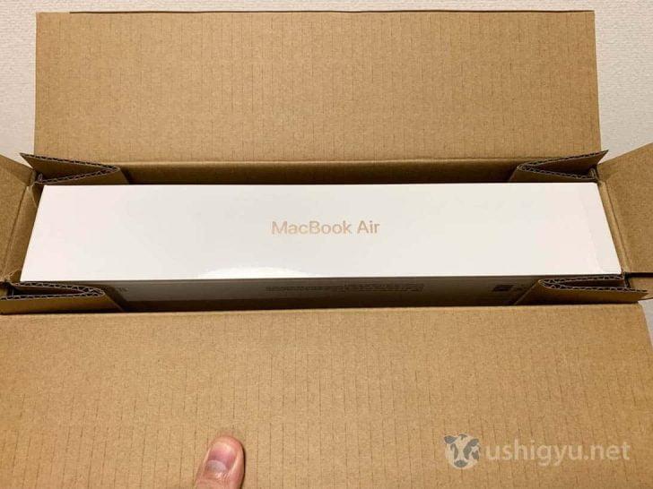 段ボールの中に浮かせた状態で配置されているMacBook Air