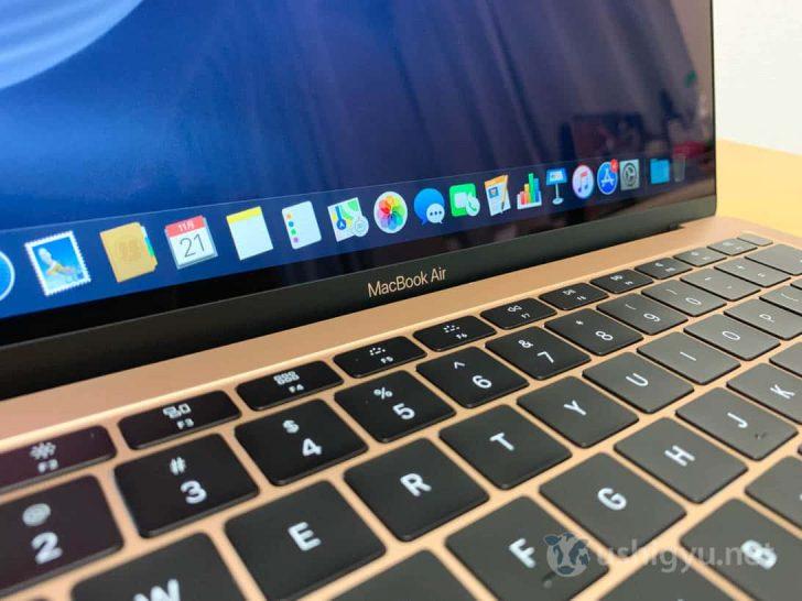 ディスプレイ下には本体と同じ色でMacBook Airの文字