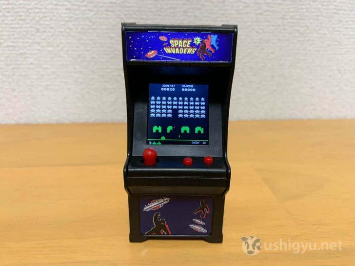 小さなレバーとボタンを使ってプレイできる