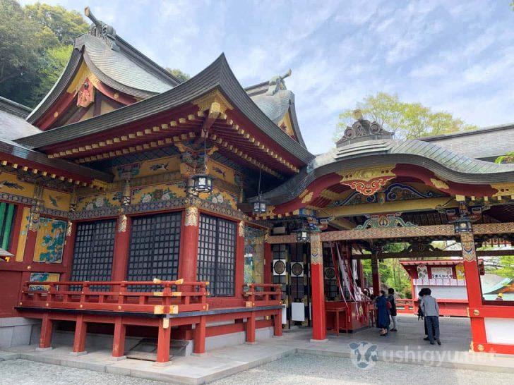 色鮮やかな彩色が施された本殿