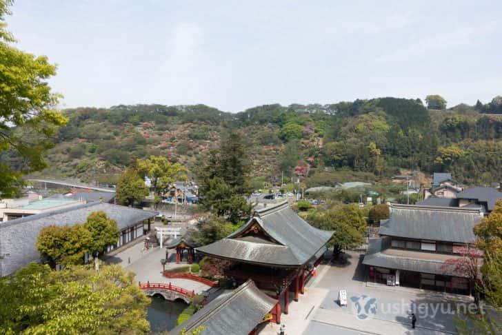 祐徳稲荷神社の建物群や東山公園の花々が一望できる