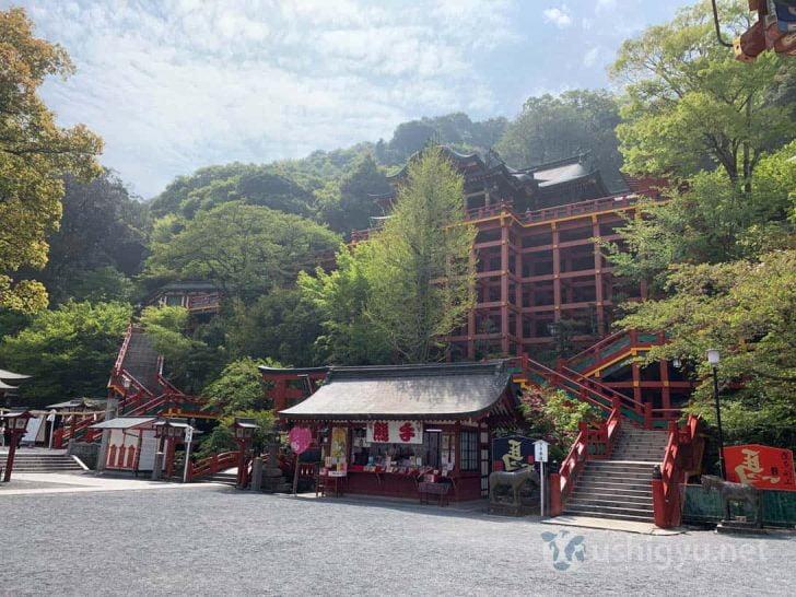 木材が組んであって本殿は高いところにあるタイプの神社