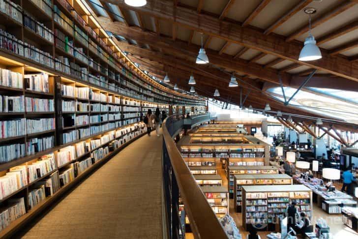 数多くの書籍が並んでいる