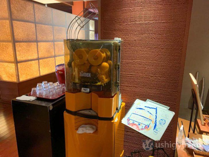 食事処の入口では、生搾りオレンジジュースでお出迎え