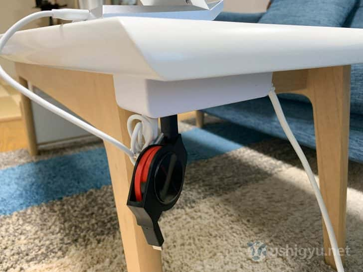リビングのテーブルの裏側にUSBポートつきの電源アダプタを両面テープで貼り付け、そこに今回紹介したUSB-C巻取り式ケーブルを装着