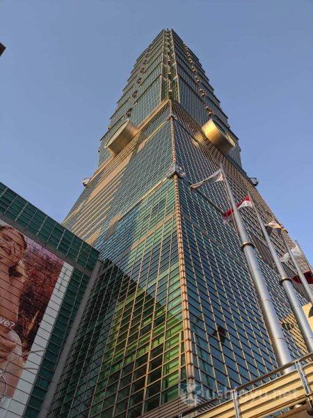 超高層ビル・台北101を見上げる