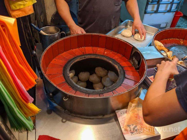 独特な形をした専用釜の内側にピタッと貼り付けて焼く