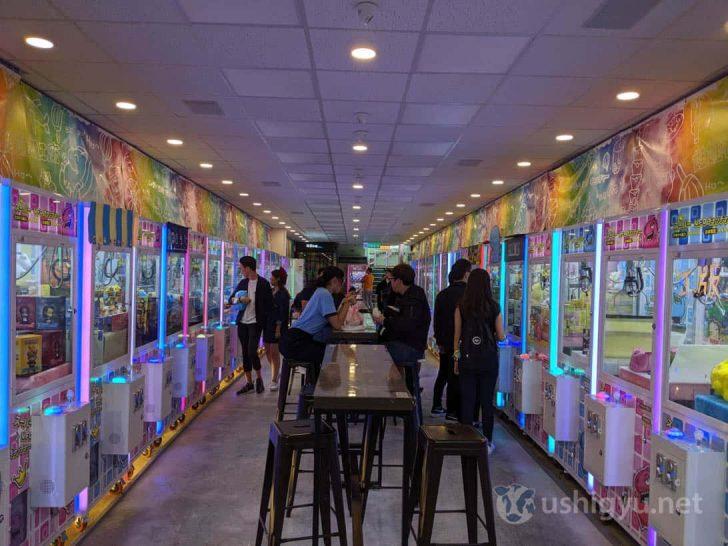 街中のさまざまな場所にクレーンゲーム専門店が散在している