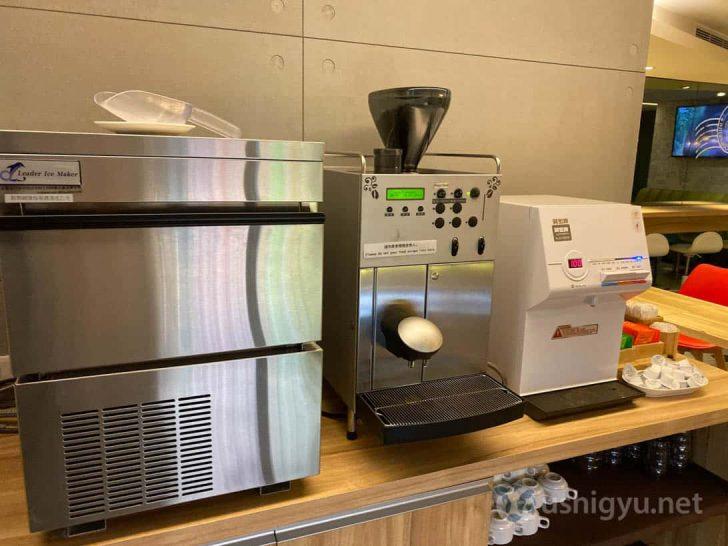 製氷機、コーヒーメーカー、お湯が出るサーバーにお茶類