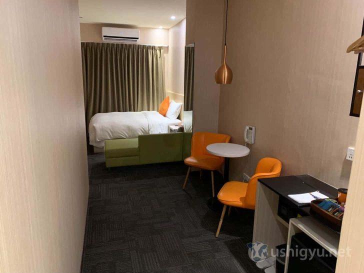 細長い部屋だが20平米と十分な広さ