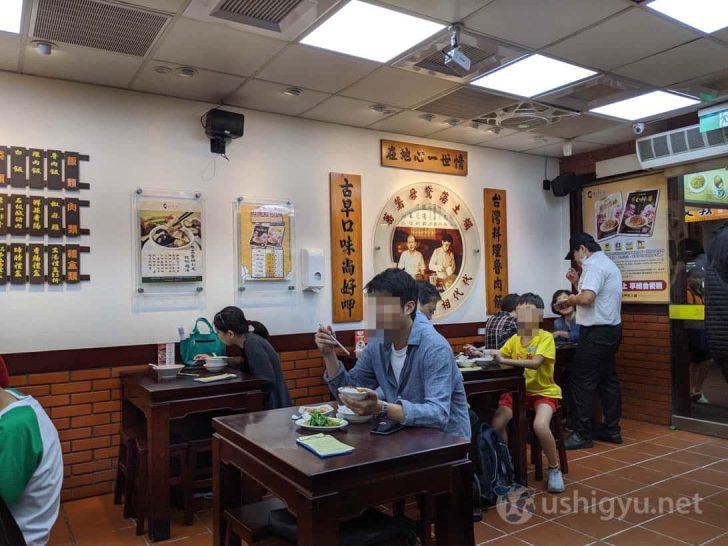 台北大安店の店内はテーブル席のみ
