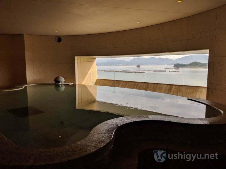 外の景色が臨める石造りの大きな湯船