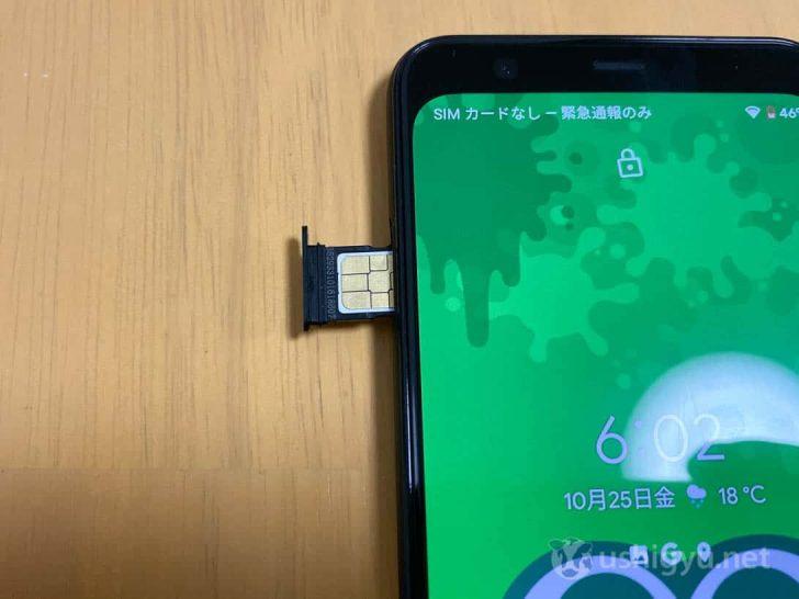 Pixel 4にnano SIMカードを挿している様子