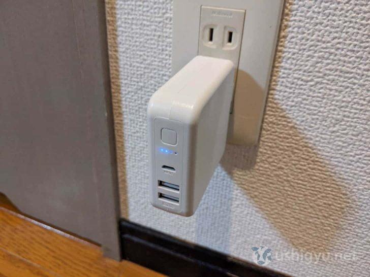 外部電源からmicroUSBポートへの入力か、コンセントに挿すことでバッテリーを充電可
