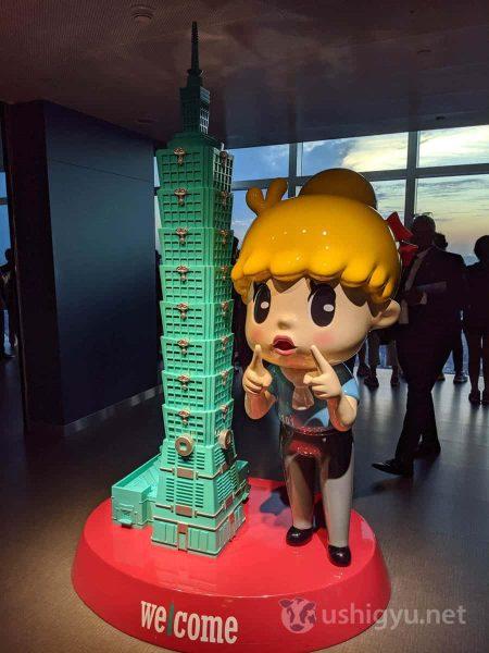89階に到着。アヒル口のキャラクターと台北101のミニチュアがお出迎え