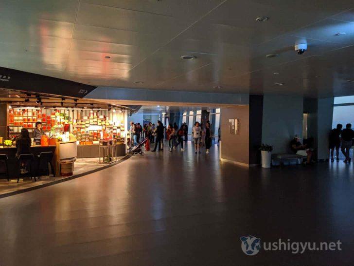 89階フロアは側面がすべて窓になっており、中央ではカフェや土産物店などが営業している