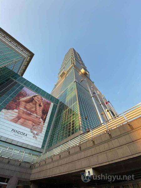 下から見上げると頂点が果てしなく高い台北101