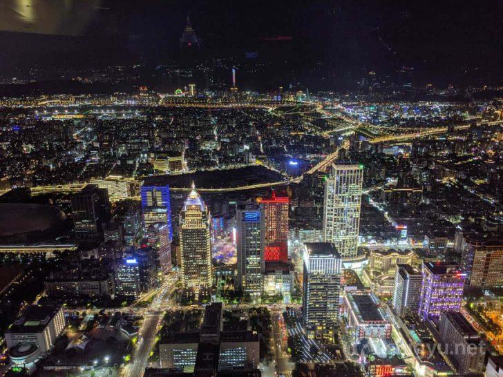ニューヨークや東京ほどには高層ビルや光が集中していませんが、それでも大都会の夜景