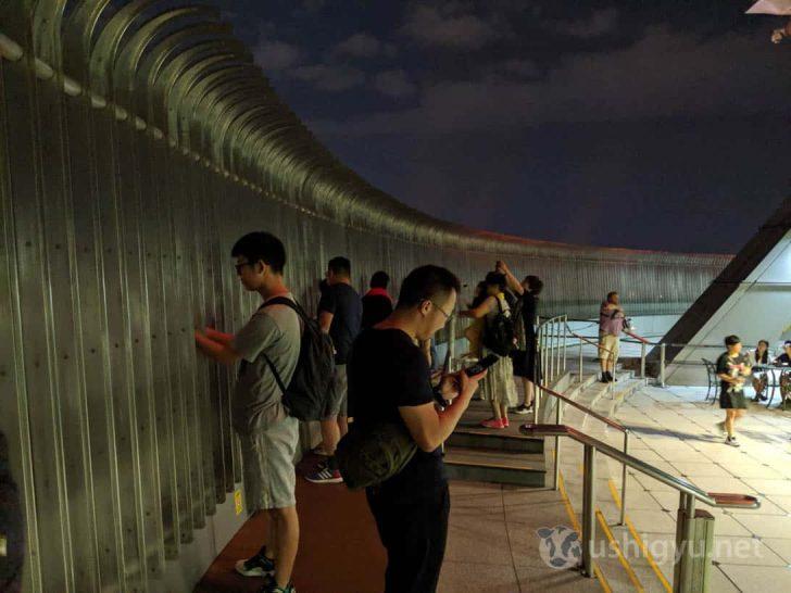 大きな鉄柵の間から、直接夜景を楽しむことができる