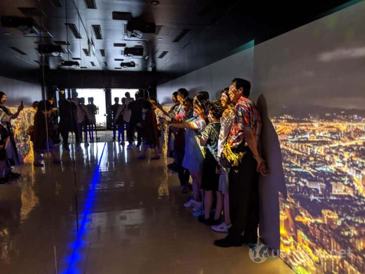 台北101の夜景を壁に映した廊下のようなスペース