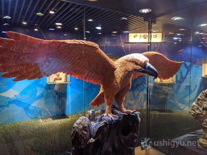 サンゴで作られた大鷲の像