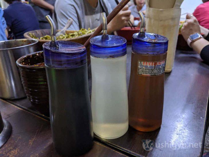 卓上の3つの液体は左から台湾醤油、酢、ごま油