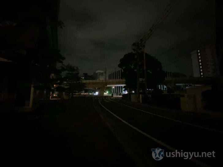 夜の暗い路上_iPhone 11 超広角