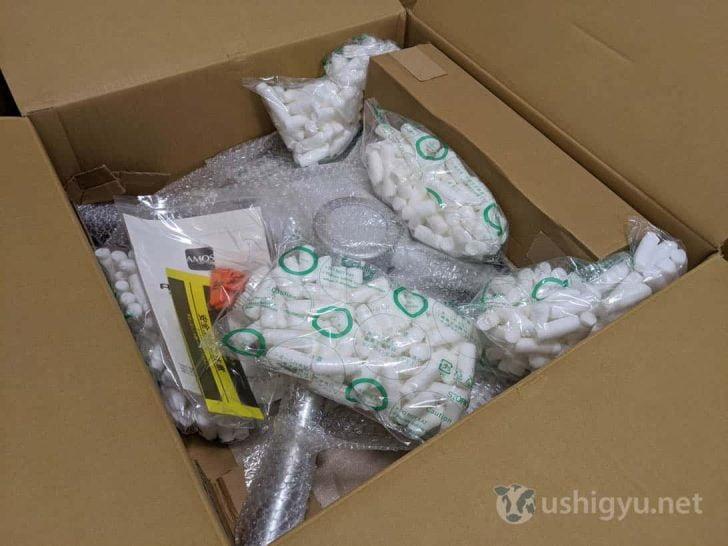 雀卓の脚のほか、雀牌やリーチ棒、説明書なども小さな箱の中