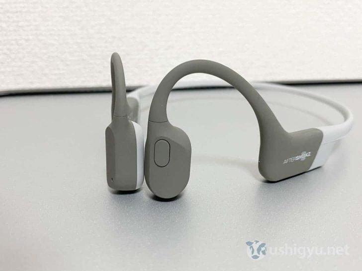左耳側面のボタンは再生/一時停止、曲のスキップ、電話に出るときなどに使う