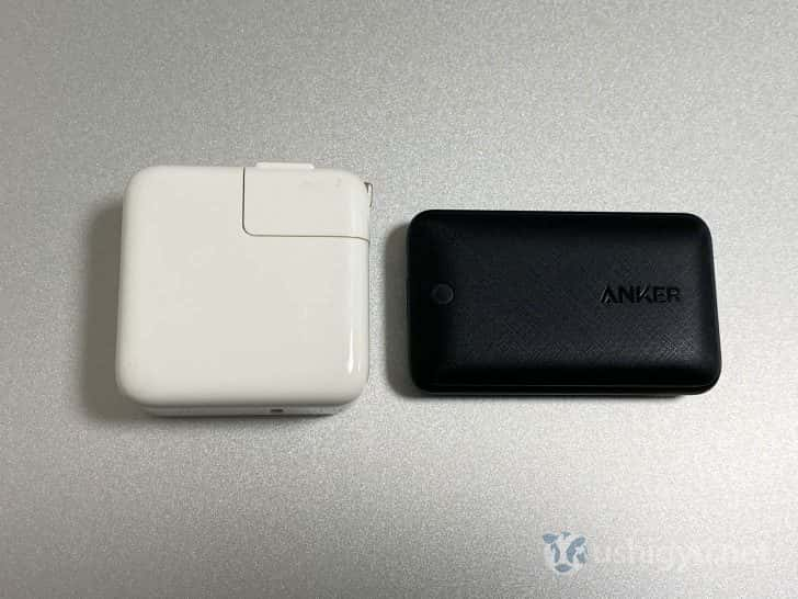 MacBook Air付属のApple純正充電アダプタと、今回買ったAnker PowerPort Atom III Slimを比較