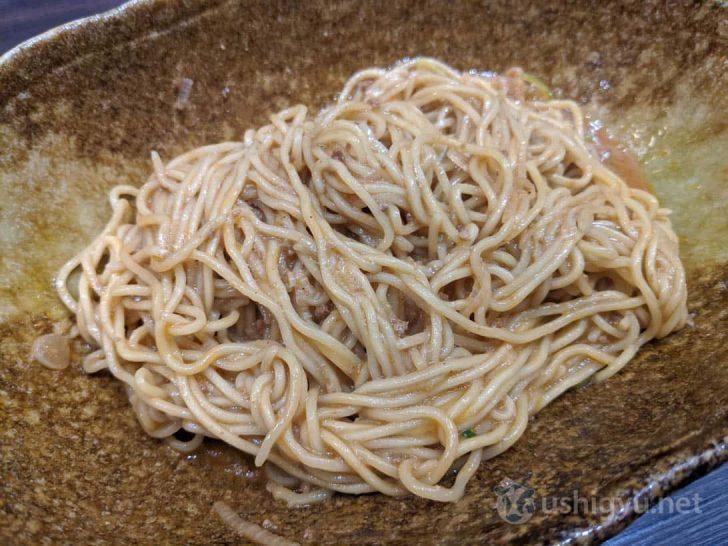 「おいしいお召し上がり方」に従って底からグイグイと混ぜると、麺と具とタレがからんでほとんど汁気のない状態に