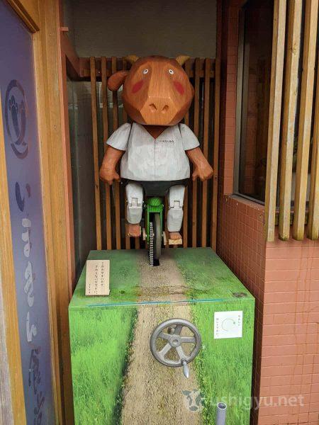 いまきん食堂のキャラクター(?)のあか牛くん。なぜか一輪車に乗っている