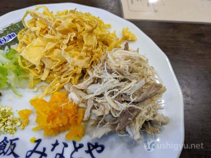 茹でてほぐした鶏肉、錦糸卵、漬け物